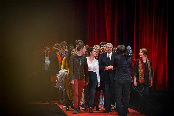 Jean-jack Queyranne et les élèves de la CinéFabrique